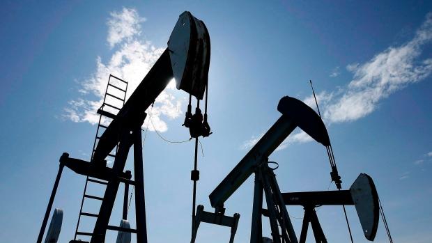 Pumpjacks pump crude oil near Halkirk, Alta., June 20, 2007. (Larry MacDougal/THE CANADIAN PRESS)