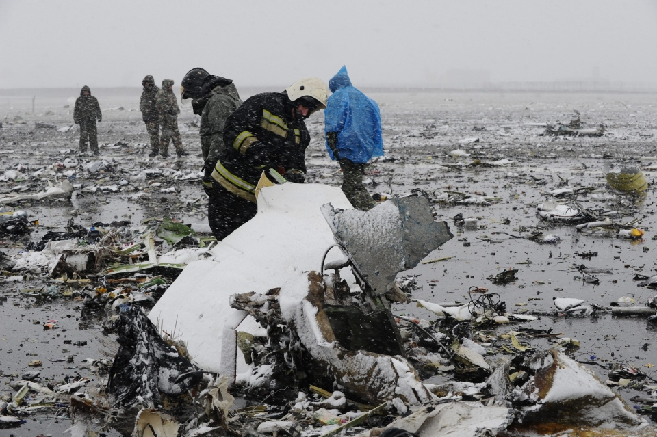 Russian Emergency Ministry employees investigate the wreckage of a crashed plane at the Rostov-on-Don airport, about 950 kilometers (600 miles) south of Moscow, Russia Saturday, March 19, 2016. (AP)