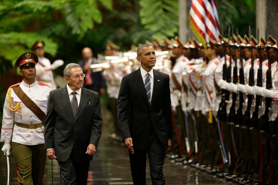 Cuba's President Raul Castro, left, walks with U.S. President Barack Obama, as they inspect the guard in Revolution Palace, Monday, March 21, 2016. (AP / Ramon Espinosa)