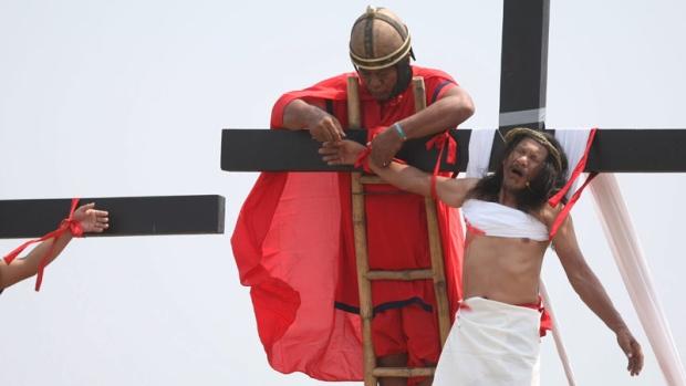 Ruben Enaje crucifixion