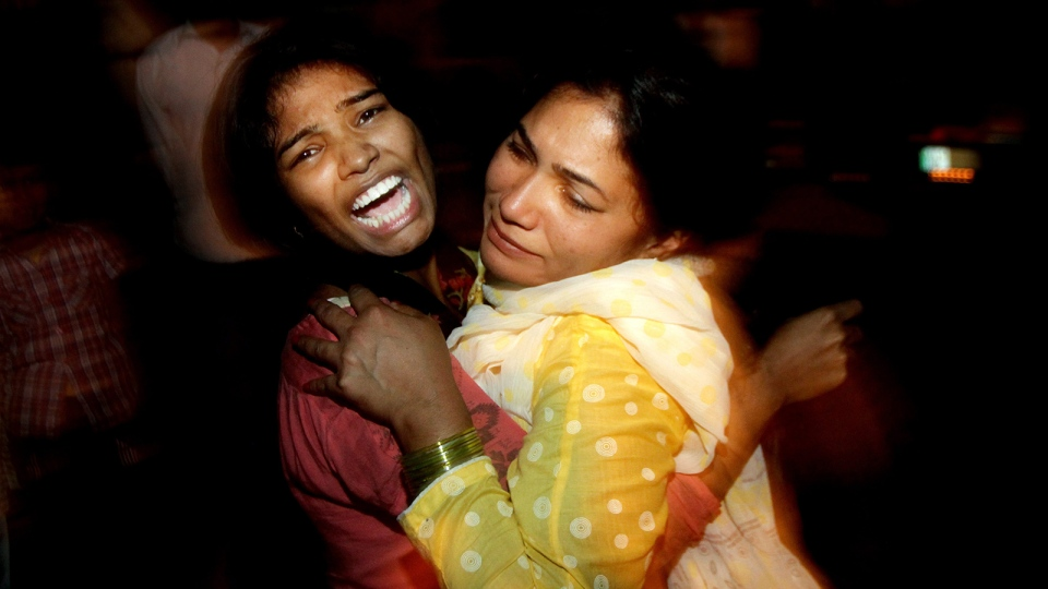 Women comfort each other as they mourn over the death of a family member who was killed in a bomb blast, at a local hospital in Lahore, Pakistan, Sunday, March, 27, 2016. A bomb blast in a park in the eastern Pakistani city of Lahore has killed tens of people and wounded scores, a health official said. (AP Photo / K.M. Chuadary)