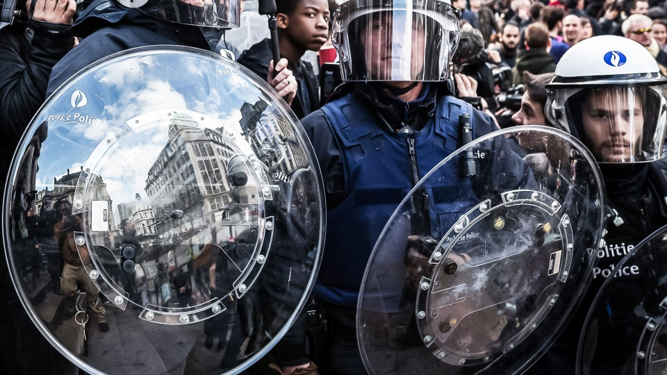 Riot police attend a memorial site during a protest by right wing demonstrators at the Place de la Bourse in Brussels, Sunday, March 27, 2016 (AP / Valentin Bianchi).