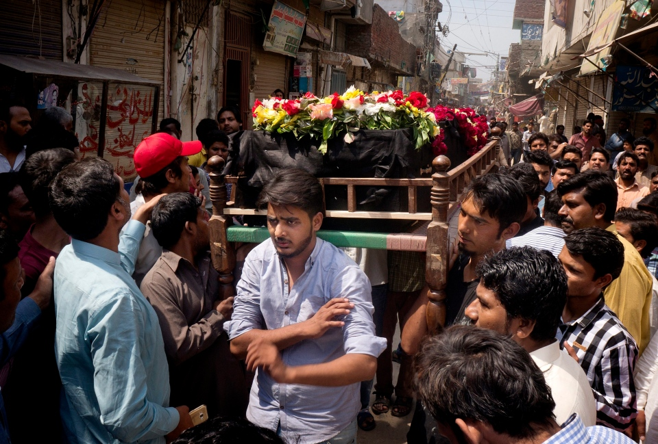 People prepare to bury the body of Christian man killed in bomb attack in Lahore, Pakistan, Monday, March 28, 2016. (AP / B.K. Bangash)