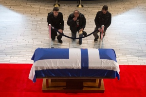 Mourners kneel in front of the casket of Rob Ford as it lies in repose in Toronto's city hall on Monday, March 28, 2016. (Chris Young / THE CANADIAN PRESS)