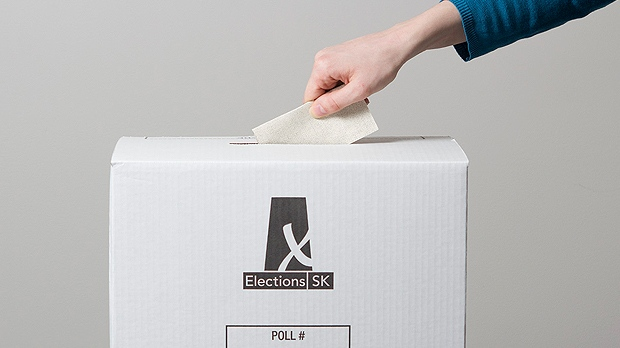 Saskatchewan voter casts a ballot in the provincial election. (ELECTIONS SASKATCHEWAN)