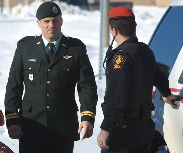 Capt. Robert Semrau (left) arrives under military police custody for his custody hearing at Canadian Forces Base Petawawa, Ontario Tuesday Jan. 6, 2009. (Tom Hanson / THE CANADIAN PRESS)