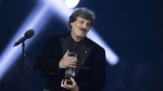 Burton Cummings receives his Juno for being inducted into the Hall of Fame at the Juno Awards in Calgary, Sunday, April 3, 2016. )THE CANADIAN PRESS/Jeff McIntosh)