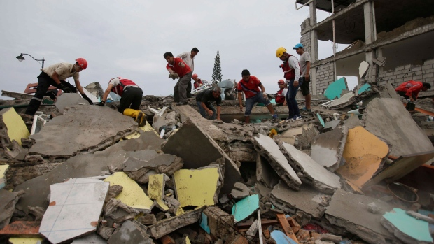 Volunteers search for survivors in the debris of buildings destroyed by an earthquake in Pedernales, Ecuador, Sunday, April 17, 2016. (AP / Dolores Ochoa)