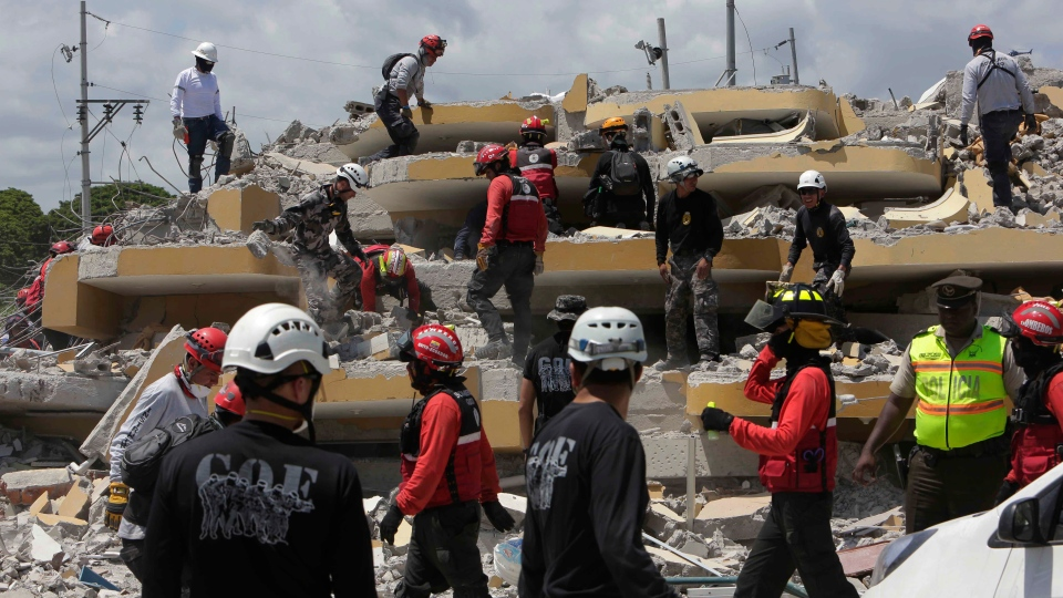 Volunteers search for survivors and bodies inside a hotel destroyed by the earthquake in Pedernales, Ecuador, Tuesday, April 19, 2016. (AP Photo / Dolores Ochoa)