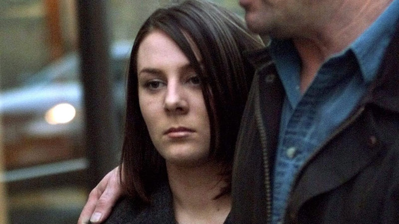 Kelly Ellard and her father, Lawrence, leave the Vancouver courthouse for dinner, March 30, 2000. (Adrian Wyld / THE CANADIAN PRESS)