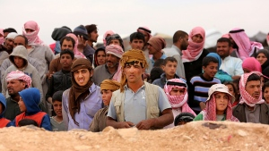 Syrian refugees await approval to enter Jordan at the Hadalat reception area on the Syrian-Jordanian border, about 320 kilometres northeast of the capital of Amman, Wednesday, May 4, 2016. (AP / Raad Adayleh)