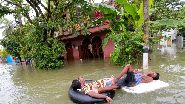 Sri Lankan flood victims rest on inflatable tubes in Wellampitiya, on the outskirts of Colombo, Saturday, May 21, 2016 (AP / Eranga Jayawardena)