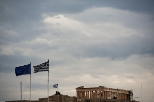 A EU and a Greek flag flutter in front of the temple of the Parthenon in Athens, Sunday, May 22, 2016. (AP /  Yorgos Karahalis )
