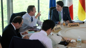 Prime Minister Justin Trudeau, counterclockwise from right, talks with British Prime Minister David Cameron, as they take part in a working session at the G7 Summit in Shima, Japan on Friday, May 27, 2016. (THE CANADIAN PRESS/Sean Kilpatrick)