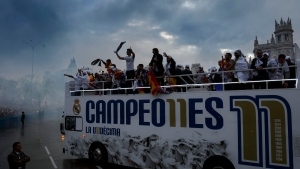 Real Madrid players arrive at Cibeles square after winning the Champions League final soccer match between Real Madrid and Atletico Madrid, during a celebration parade in Madrid, Sunday, May 29, 2016. (AP / Daniel Ochoa de Olza)