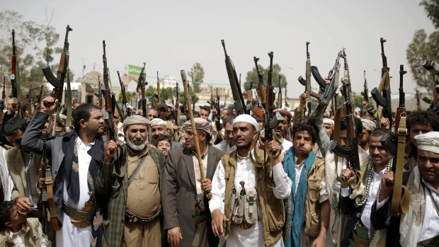 Shiite Houthi tribesmen hold their weapons during a tribal gathering showing support for the Houthi movement, in Sanaa, Yemen, Thursday, May 26, 2016. (AP / Hani Mohammed)