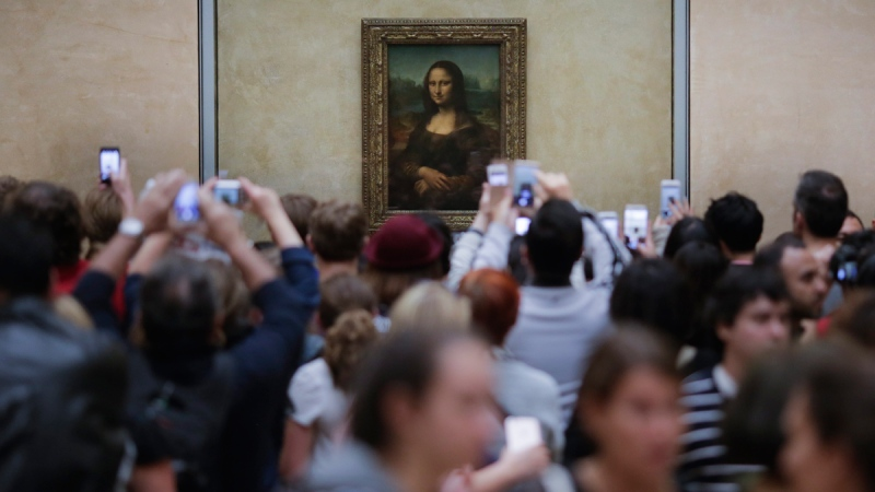 Visitors crowded in front of Leonardo da Vinci's painting 'Mona Lisa' at Musée du Louvre in Paris, on June 1, 2016. (Markus Schreiber / AP)