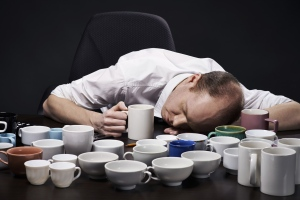 European Food Safety Authority (EFSA) guidelines recommend a daily caffeine intake of no more than 400 milligrams for adults, which is equivalent to just over four espressos. (mediaphotos / Istock.com)