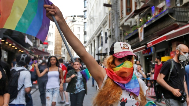 People protests against the ban on a gay pride march, off Istiklal Avenue, central Istanbul's main shopping road, Sunday, June 19, 2016 (AP / Emrah Gurel)
