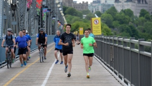 Prime Minister Justin Trudeau and Mexican President Enrique Pena Nieto run across the Alexandra Bridge from Ottawa to Gatineau, Quebec on Tuesday, June 28, 2016. (THE CANADIAN PRESS/Sean Kilpatrick)
