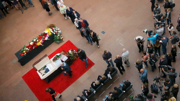 Colleagues and people gather near the coffin of Pavel Sheremet to pay their respects at his memorial ceremony in Kiev, Ukraine, Friday, July 22, 2016. (AP Photo / Efrem Lukatsky)