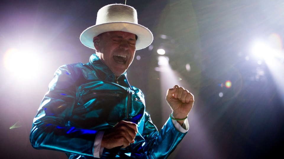Frontman of the Tragically Hip, Gord Downie, leads the band through a concert in Vancouver, Sunday, July, 24, 2016. (Jonathan Hayward / THE CANADIAN PRESS)