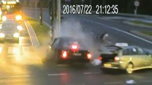 Extended: Cyclist narrowly escapes crash