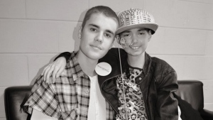 Justin Bieber is shown with Karlee Drew, 9, a cancer patient in Boston, Mass. (Facebook / Pam Drew)