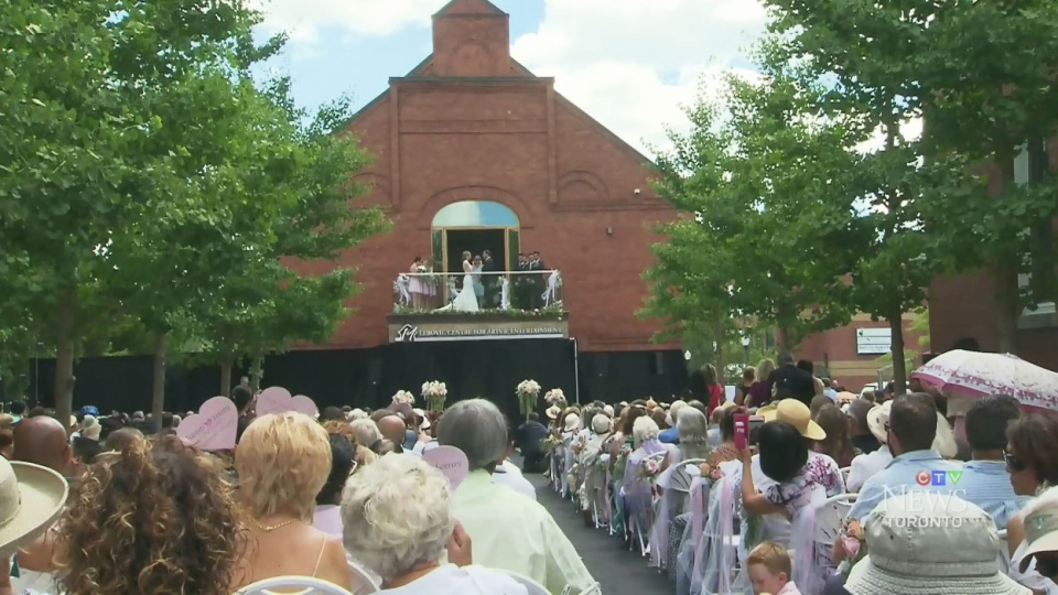 Justin Altmann, mayor of Whitchurch-Stouffville married Jenny Hillier in front of hundreds after inviting the entire town to the ceremony.