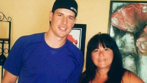 Sidney Crosby and Patricia Pottie, Darryl Pottie's wife, pose for a picture in the Pottie living room. (Darryl Pottie)