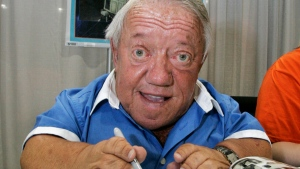 In this Saturday, May 26, 2007 file photo, actor Kenny Baker, who portrayed the R2-D2 in the first Star Wars movie, signs autographs at Star Wars Celebration IV, billed as the world's biggest Star Wars party, marking the 30th anniversary of the release of the first film in the Star Wars saga, at the Los Angeles Convention Center. (Reed Saxon, File/AP Photo)