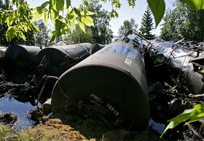 Rail cars leak bunker fuel oil, metres from summer homes bordering Lake Wabamun, Atla. after a freight train derailed as seen in this August 2005 file photo. (CP / John Ulan)