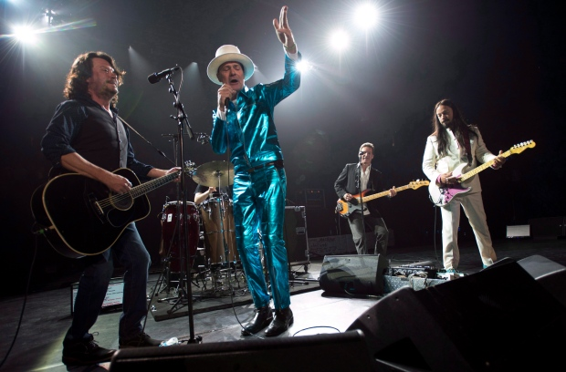 Frontman of the Tragically Hip, Gord Downie, centre, leads the band through a concert in Vancouver on July, 24, 2016. (Jonathan Hayward / THE CANADIAN PRESS)