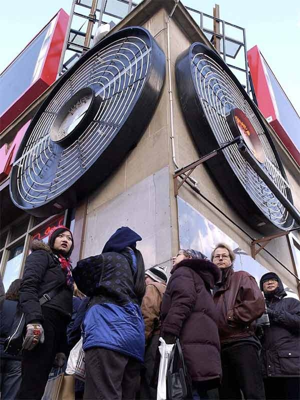 Boxing Day shoppers wait in line to enter Sam The Record Man in Toronto Wednesday Dec. 26, 2001. (CP PHOTO / Aaron Harris)