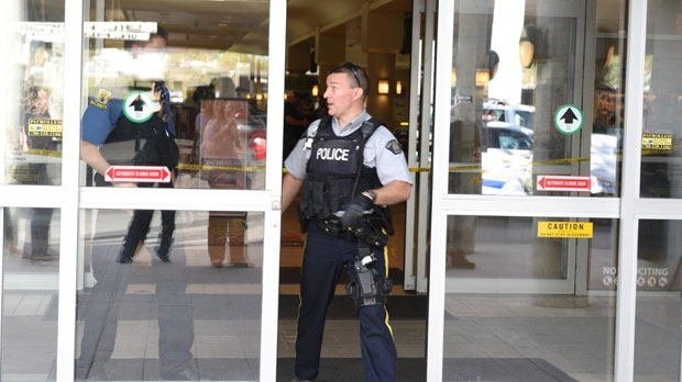 An RCMP member and a security guard at the Prairie Mall doors (courtesy: William Vavrek)