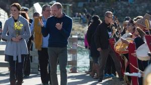 The Duke and Duchess of Cambridge greet people in Carcross, Yukon, Wednesday, Sept 28, 2016. (THE CANADIAN PRESS/Jonathan Hayward)