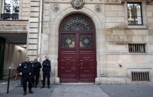 Police stand guard outside the entrance of a building in which U.S. reality TV star Kim Kardashian was reportedly held up at gunpoint by men dressed as police officers inside her rented private apartment, in Paris, France, 03 October 2016. (EPA/IAN LANGSDON)