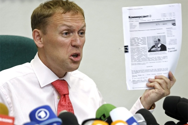 Russian businessman Andrei Lugovoi holds papers during a news conference in Moscow on Thursday, May 31, 2007. (AP / Misha Japaridze)