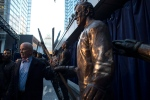 Former Toronto Maple Leafs player Dave Keon stands with his bronze statue as it is unveiled in Toronto's Maple Leaf Square on Thursday, Oct. 13, 2016. (The Canadian Press/Chris Young)