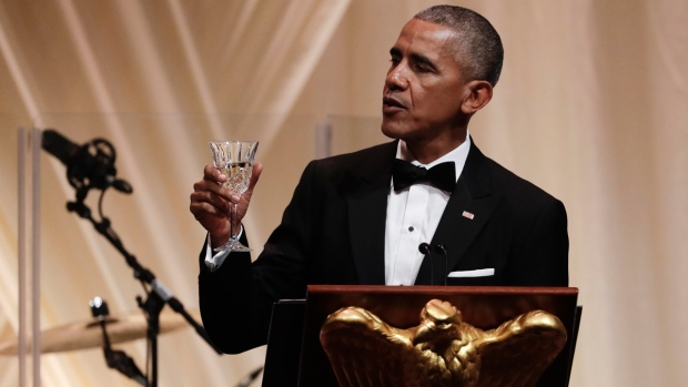 U.S. President Barack Obama toasts to Italian Prime Minister Matteo Renzi during a State Dinner on the South Lawn of the White House in Washington, on Oct. 18, 2016. (Carolyn Kaster / AP)