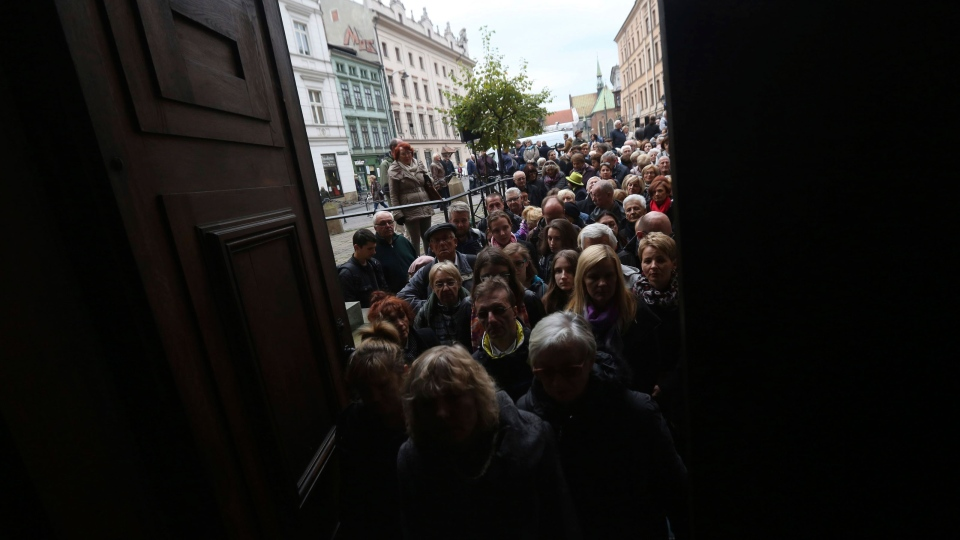 People queue to pay their respects to Poland filmmaker Andrzej Wajda, in Krakow, Poland, Wednesday, Oct. 19, 2016. (AP Photo/Czarek Sokolowski)