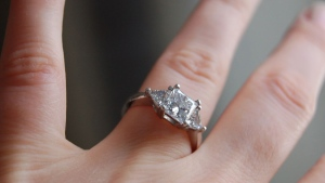 The thieves present themselves as a middle-aged couple arguing over how many carats to buy, and then switch real diamonds with fakes while salespeople are distracted. (Creative Commons)