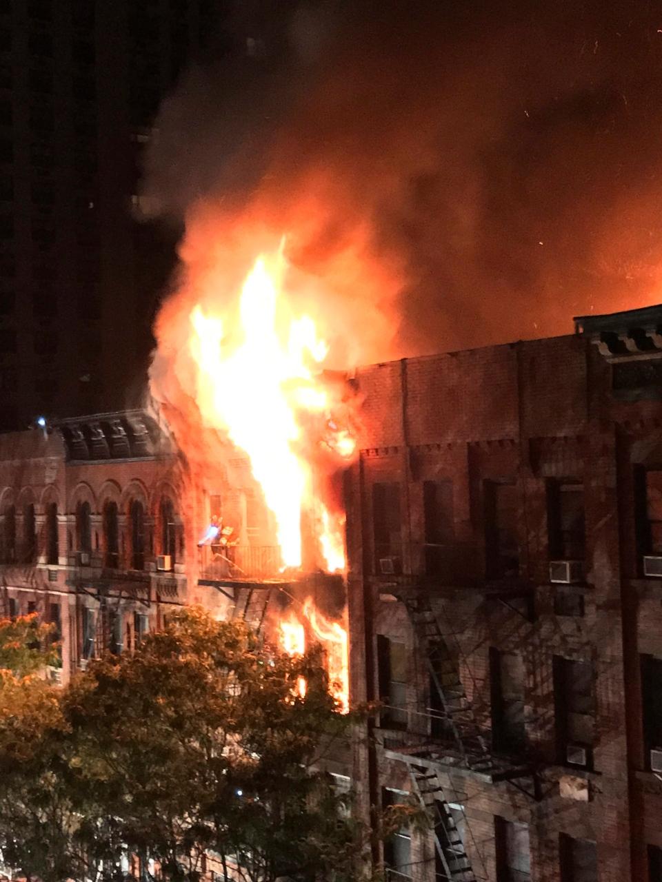 Building On Fire : Manhattan apartment fire dead hurt in upper east