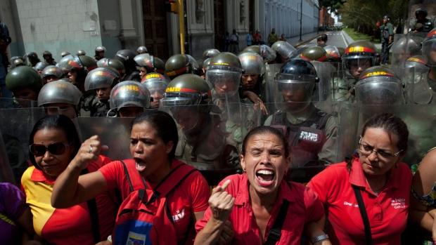 Supporters of Venezuela's President Nicolas Maduro chant pro-government slogans outside the National Assembly in Caracas, Venezuela, on Oct. 27, 2016. (Rodrigo Abd / AP)