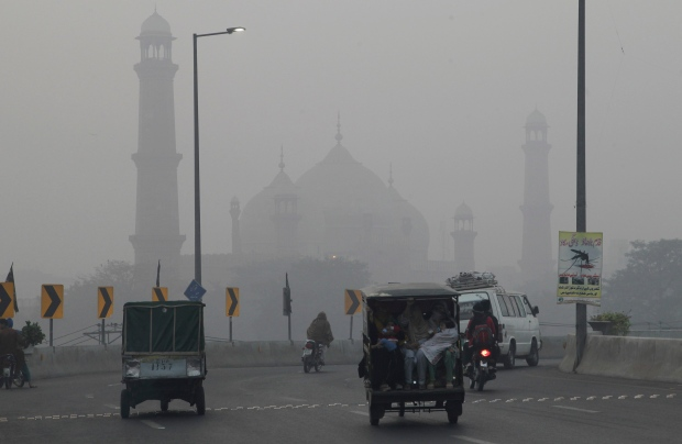 air pollution covers pakistani city of lahore ctv news