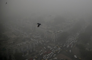 Traffic moves around a smog-enveloped Connaught Place, the heart of New Delhi, India, Saturday, Nov. 5, 2016. (AP / Altaf Qadri)
