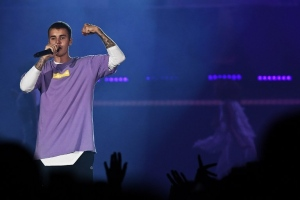 Canadian singer Justin Bieber performs on stage at the AccorHotels Arena in Paris on September 20, 2016. (© CHRISTOPHE ARCHAMBAULT / AFP)