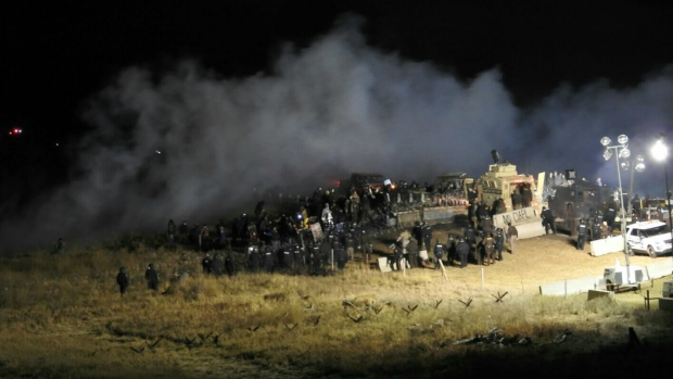 Police, protesters face off at Dakota Access pipeline