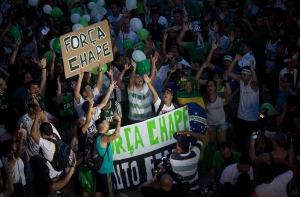 Chapecoense soccer fans gather for a tribute the the victims of an airplane crash outside Maracana stadium, in Rio de Janeiro, Brazil, Wednesday, Dec. 7, 2016. (AP / Silvia Izquierdo)