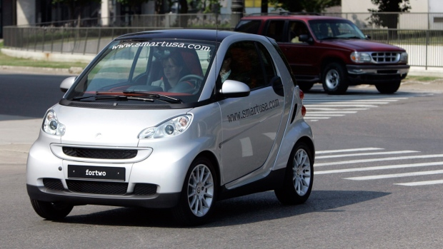 u s probes complaints of engine fires in tiny smart cars ctv news autos. Black Bedroom Furniture Sets. Home Design Ideas